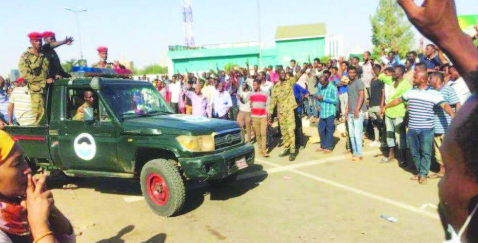 «تجمع المهنيين»  السودانيين يؤكد تمسكه بمطالبه والمجلس العسكري يحذر