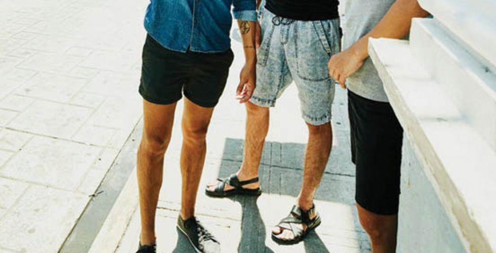 بينَ الموضةِ والأعرافِ الاجتماعيًّة.. جدلٌ كبيرٌ بشأنِ ملابسِ الشباب