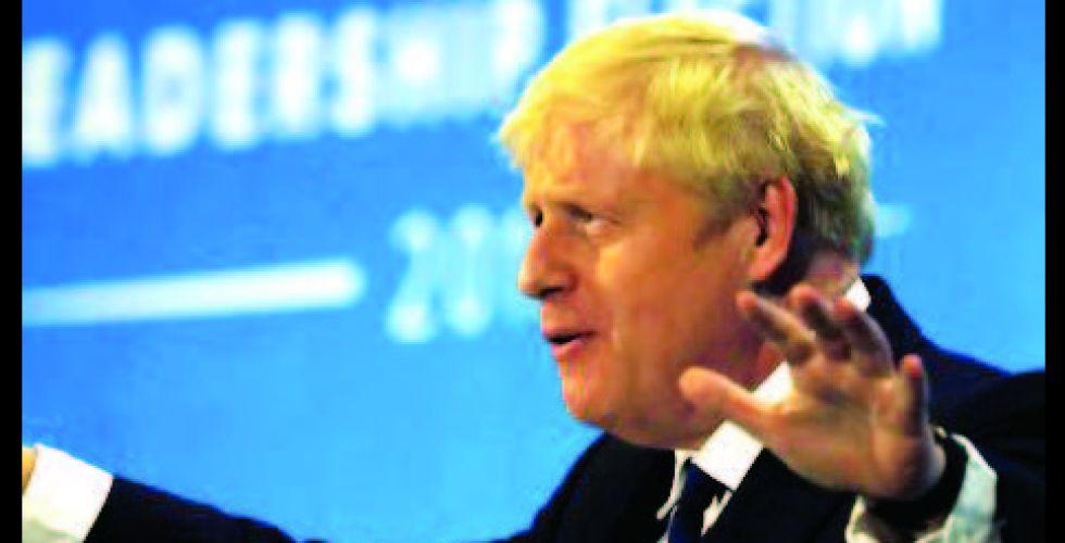 رئيس الوزراء البريطاني يخسر غالبيته النيابية