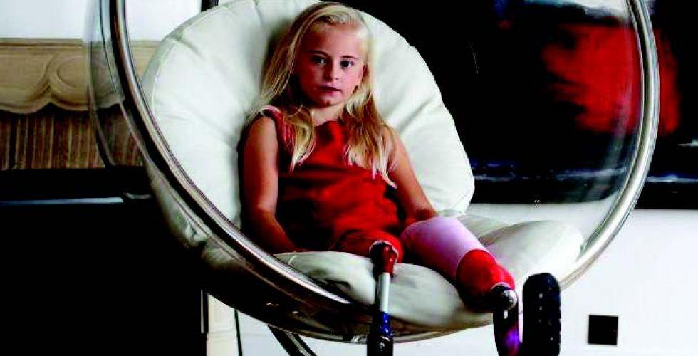 طفلة مبتورة الساقين «تصنع التاريخ» في عالم الموضة