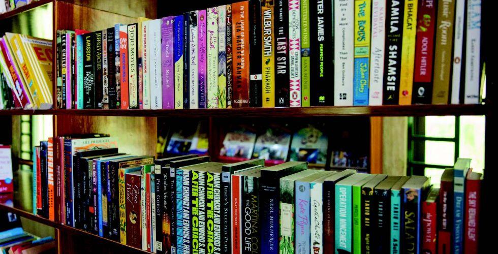 مكتبة تزدهر في إحدى أسواق السلاح الباكستانية