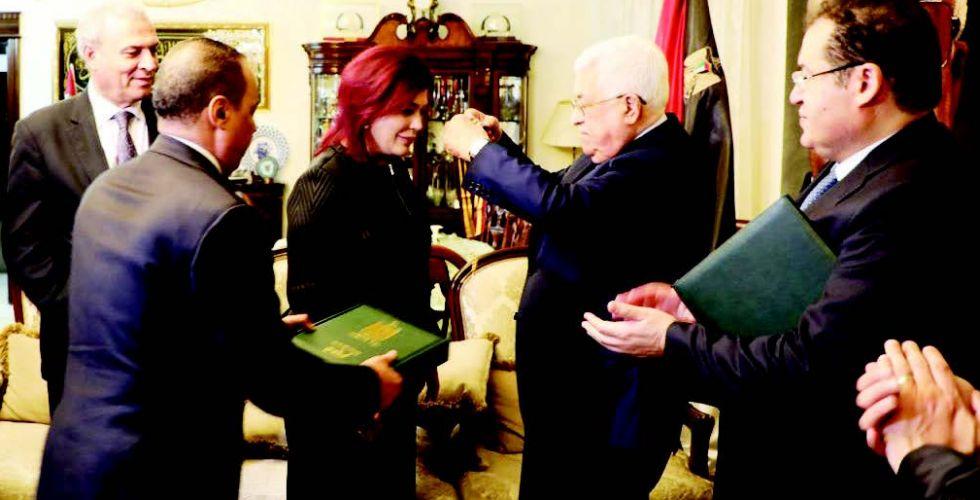 الرئيس الفلسطيني يقلد صفية السهيل {وسام القدس}