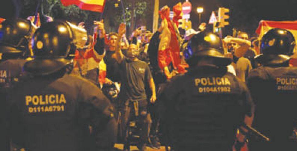 انفصاليو كتالونيا يقطعون طريقا يربط فرنسا بإسبانيا