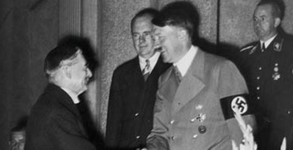 لماذا تحاول روسيا تبرير اتفاقها مع هتلر؟