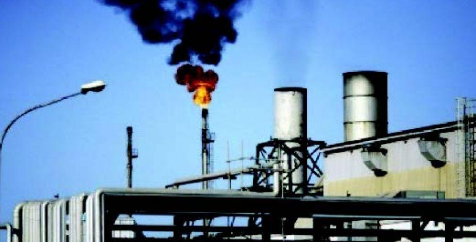 تذبذبُ أسعار النفط بسبب المخزونات الأميركيَّة