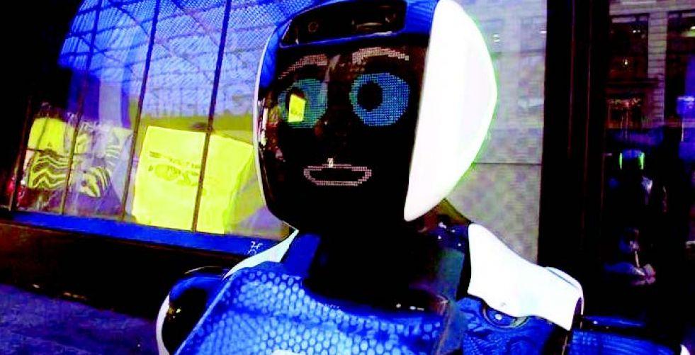 روبوت مبتسم في ساحة تايمز سكوير يُسدي النصائح بخصوص فيروس {كورونا}