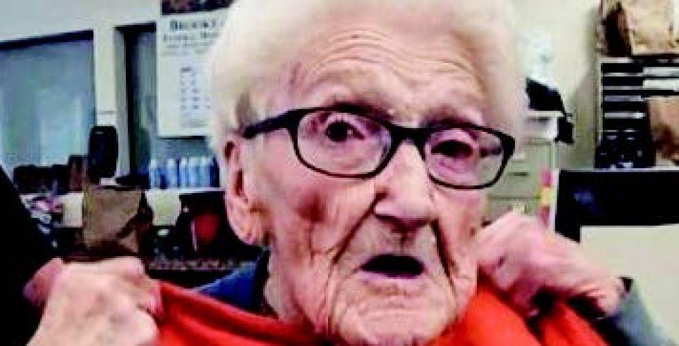 القبض على عجوز أثناء احتفالها بعيدها المئوي