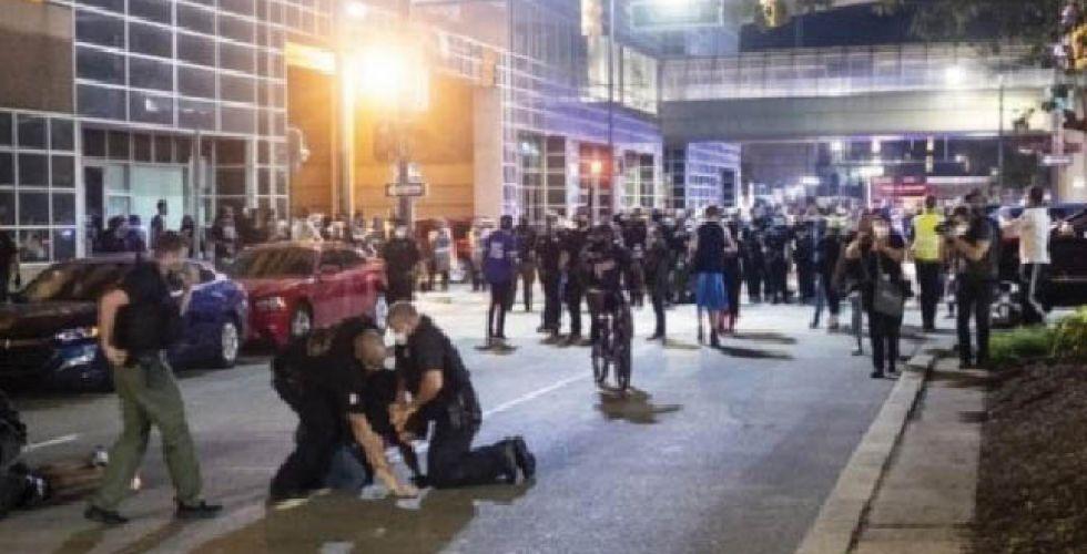 ترامب {تحت الأرض} والمتظاهرون يطالبون برحيله