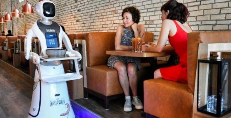 مطعم هولندي يتخطى أزمة كورونا بـ {روبوتات}