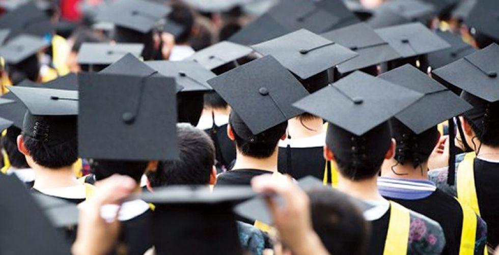 خريجو الجامعات يحتفلون افتراضياً