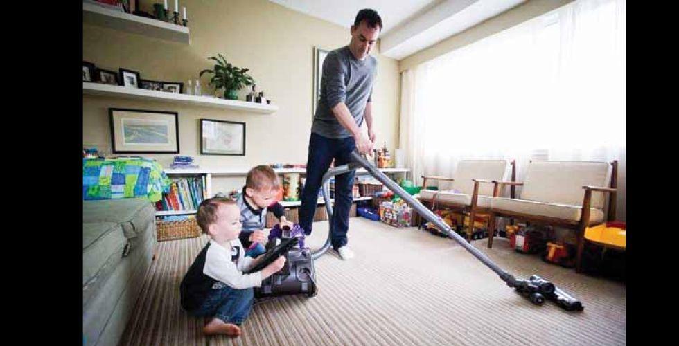 الرجال يستكشفون الأعمال المنزليَّة.. فرصة لتغيير الأدوار