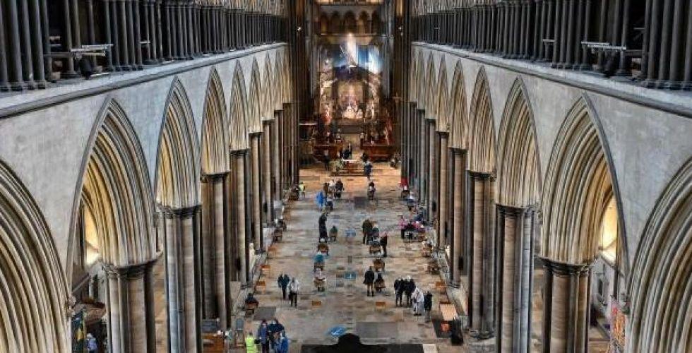 كاتدرائية سالزبوري تستحيل مركزاً للتلقيح