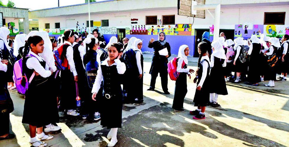 """طلبة المدارس بلا """"مناهج دراسية"""".. التربية: النقص وصل إلى 90% في عدد من المديريات"""