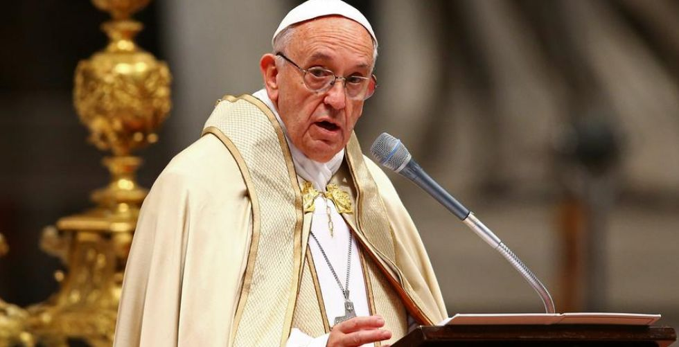 من أين يأتي البابا بملابسه؟