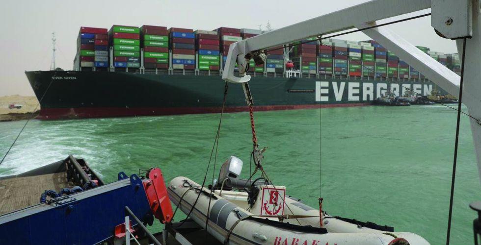 تقدم بجهود تعويم السفينة الجانحة في قناة السويس