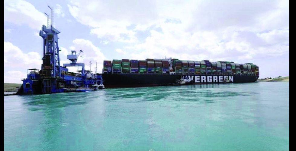 عشرات السفن تترقب تحرك «الجانحة» في قناة السويس