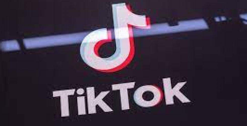 «TikTok} تضيف التسميات التوضيحيَّة