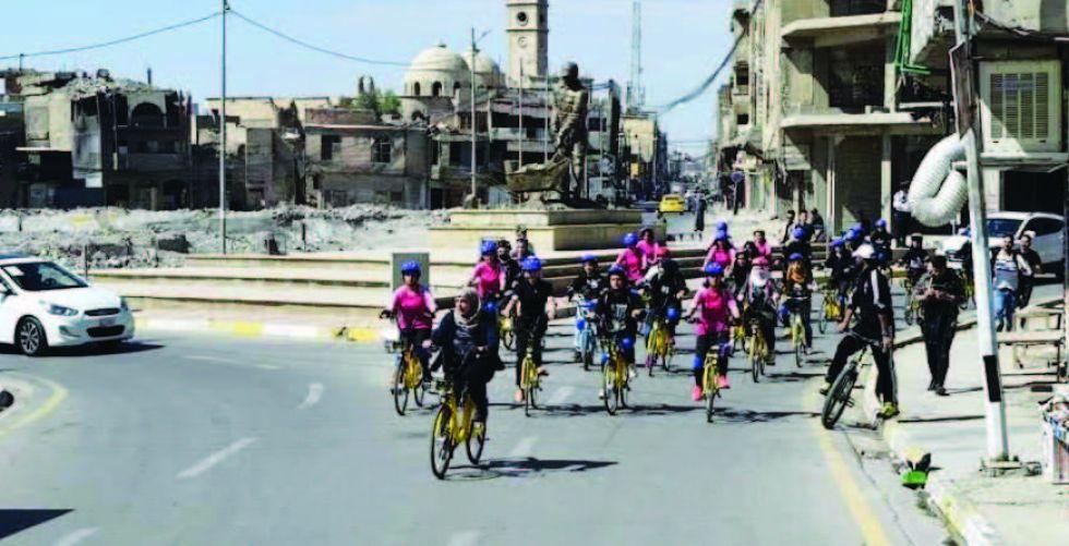 نسوة يشجعن على رياضة الدراجات  الهوائية في الموصل
