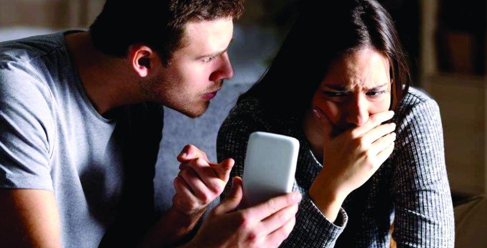 الخيانة الالكترونيَّة.. مجازفةٌ نهايتها تفكك الأسر
