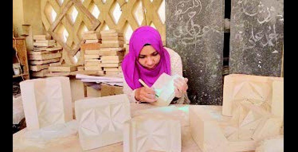 فتاة تحوّل الأوراق إلى منحوتات خزفية