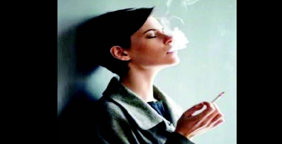 النساء يواجهن صعوبة  في الإقلاع عن التدخين أكثر من الرجال
