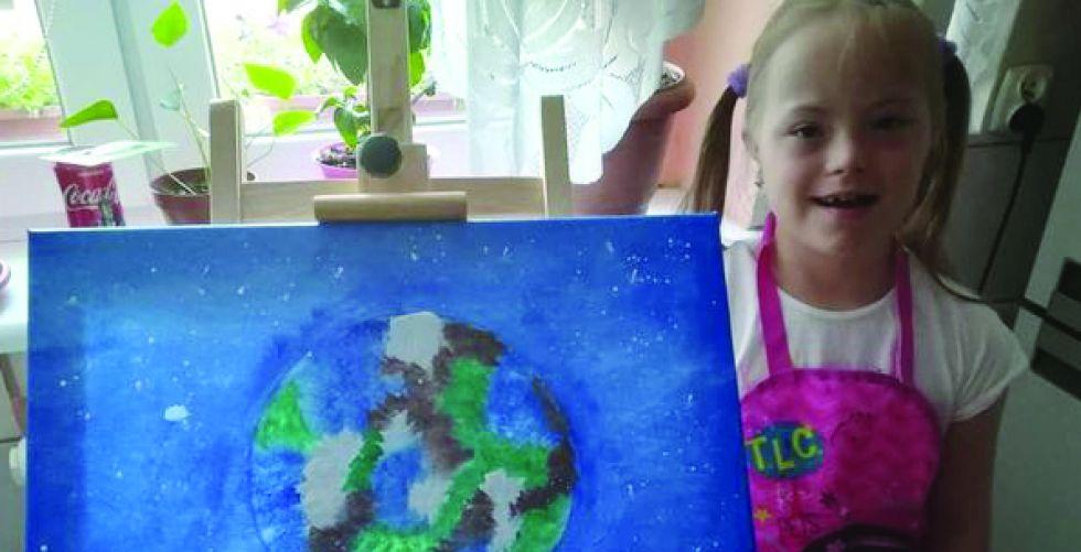 طفلة متلازمة داون تهدي ملكة بريطانيا لوحة فنيَّة