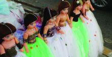 عرائس ملونة تزيّن جسور بغداد