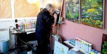فنان كفيف يتحدى الإعاقة.. ولوحاته تتحدث عن إبداعه