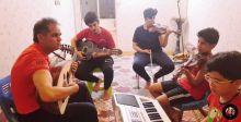 أسرة تعزف الموسيقى وتبثها عبر {الفيسبوك}