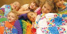 فتاتان تصنعان الأغطية يدوياً  لتمنحا الحب والأمل