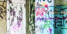 الكتابة على الجدران.. تشويه للمبانٍ