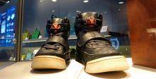 المزادات على أحذية المشاهير مجال جديد للشباب