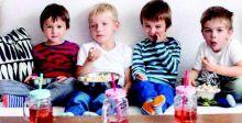مشاهدة التلفاز أثناء تناول الطعام  تؤثر سلباً في الأطفال