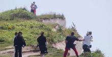 سياح يخاطرون بحياتهم لالتقاط صورة سيلفي