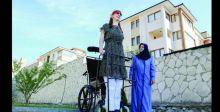 أطول امرأة في العالم تحتفي بالاختلافات بين البشر